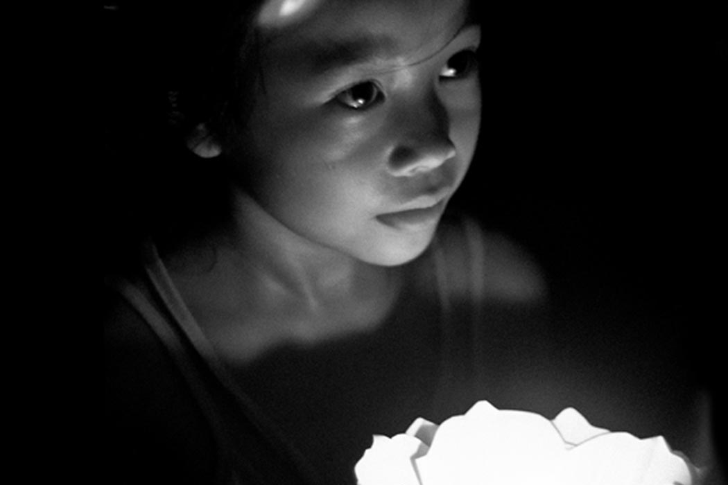 Photography | Vietnam girl lit by candlelight